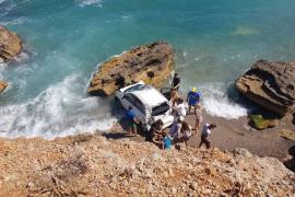 Wagen stürzt 15 Meter in die Tiefe