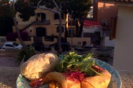Die Vorspeise von Maria, liebevoll zubereitet: Garnelen im Teigmantel auf Avocado-Mango-Tatar und verschiedenen Kressen.