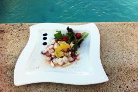 """Bei Elisabeth gibt es als Vorspeise """"Oktopus-Salat mit Frühlingszwiebeln""""."""