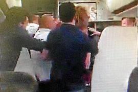 Passagier aus Mallorca-Flieger geworfen