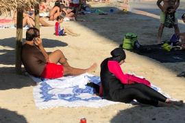 Im Burkini am Strand von Portals Nous