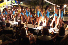 Ob Bikini oder Badeanzug - seit Jahrzehnten werfen Kandidatinnen von Schönheitswettbewerben ihre Figur in die Waagschale. So wie