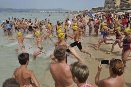 Sportliche Schwimmer an der Playa de Palma