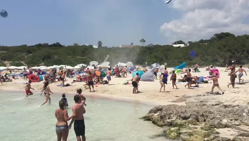 Windhose wirbelt Strand von Binibèquer durcheinander