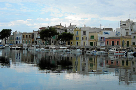 """Die traditionellen Schiffsgaragen, """"Escars"""" genannt, prägen das idyllische Ortsbild der Küstengemeinde Portocolom im Südosten vo"""