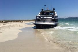 """""""Rissaga"""" spült Yacht an den Strand von Es Caragol"""