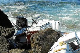 Bootswrack hängt bei Sant Elm in Felsen fest