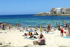 Der Küstenort entwickelte sich von einem Fischerdorf zu einem beliebten Urlauberort, der Hafen lädt zum Schlendern ein.