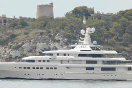 Zwei weitere Superyachten kreuzen vor Mallorca