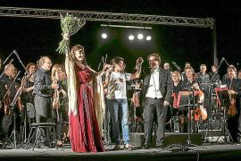 Die Mezzosopranistin María José Montiel mit Dirigent Pablo Mieglo.