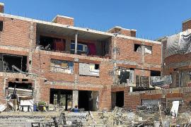 Wohnungnot auf Ibiza. Recherchen des TV-Teams zufolge wohnen in dieser Bauruine über 100 Saisonarbeitskräfte. Eine normale Wohnu