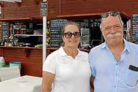 Inhaber Antonio Marí (r.) versorgt seine Gäste nicht nur mit Speis und Trank, sondern auch mit Sonnenschirmen und Liegen.