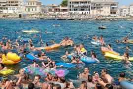 Hunderte stürzten sich am Sonntag ins Wasser, um Gummi-Enten zu jagen.