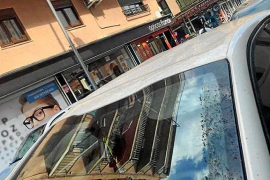 Holländer werfen Tisch von Hotelbalkon in Arenal