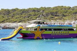 In der Badebucht auf der Ostseite legen mehrmals täglich Ausflugsboote sowie Privatboote von Yachtbesitzern an.