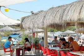 """Die Strandbar """"Chiringuito Mondragó"""" an der beliebten Badebucht besteht schon seit mehr als 50 Jahren."""