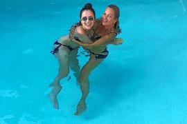 Kate Moss dokumentiert ihren Aufenthalt auf Mallorca im sozialen Netzwerk Instagram. Hier unter anderem mit einer Freundin beim