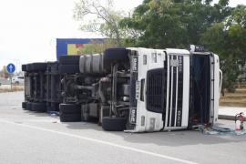 Großer Lkw kippt auf Ringautobahn von Palma um