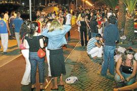 Junge Spanier bei einem öffentlichen Besäufnis.