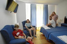 Auch aus Madrid kommen Feriengäste wie diese Familie ins Kloster Lluc (l.). Geräumige Doppelzimmer gibt es im Kloster Cura (M.),