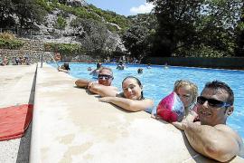 Die Palmesaner Paco, Carmen, Blanca und Toni nutzen den hauseigenen Pool.