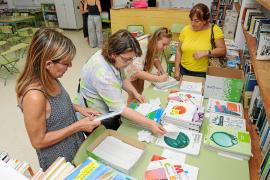 Manche öffentliche Schulen organisieren Tauschbörsen für Unterrichtsmaterialien.