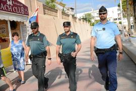 Der französische Gendarm Adrien Jimenez (r.) auf Streifendienst mit Kollegen der Guardia Civil in einem der Küstenorte von Calvi