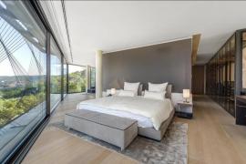 Lichtdurchflutet: das Schlafzimmer des luxuriösen Hauses.