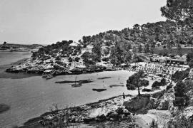 Die Bucht von Illetes war bis um die 1970er Jahre weitgehend unbebaut, bis auf die Strandbar und wenigen Villen.