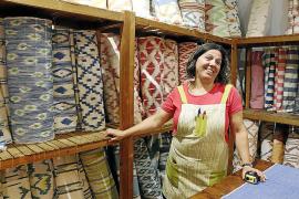 Farbenfrohes Sortiment: Maribel Bujosa managt den Laden der Textilwerkstatt.