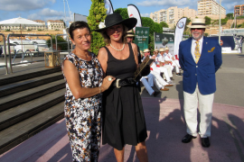 Carmen Serra (l.), Verlegerin von MM und Ultima Hora, gratulierte Madeleine Mettegang zu ihrem Thunderbird.