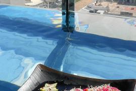 """Der Umlauf-Pool mit Panorama ist das Markenzeichen des Hotels Momentum Plaza mit seinem Dachrestaurant """"Rooftop Nine"""", in dem si"""