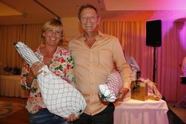 Strahlen um die Wette: Jutta Roth und Gregory Schlomsky, die diesjährigen Brutto-Sieger der MM-Golftrophy.