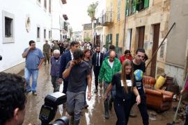 Spaniens Ministerpräsident Pedro Sánchez ist auf Mallorca eingetroffen, um sich ein Bild der Lage zu machen. Hier geht er durch