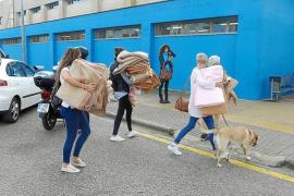 Anwohner brachten Decken und Lebensmittel in die Notunterkünfte.