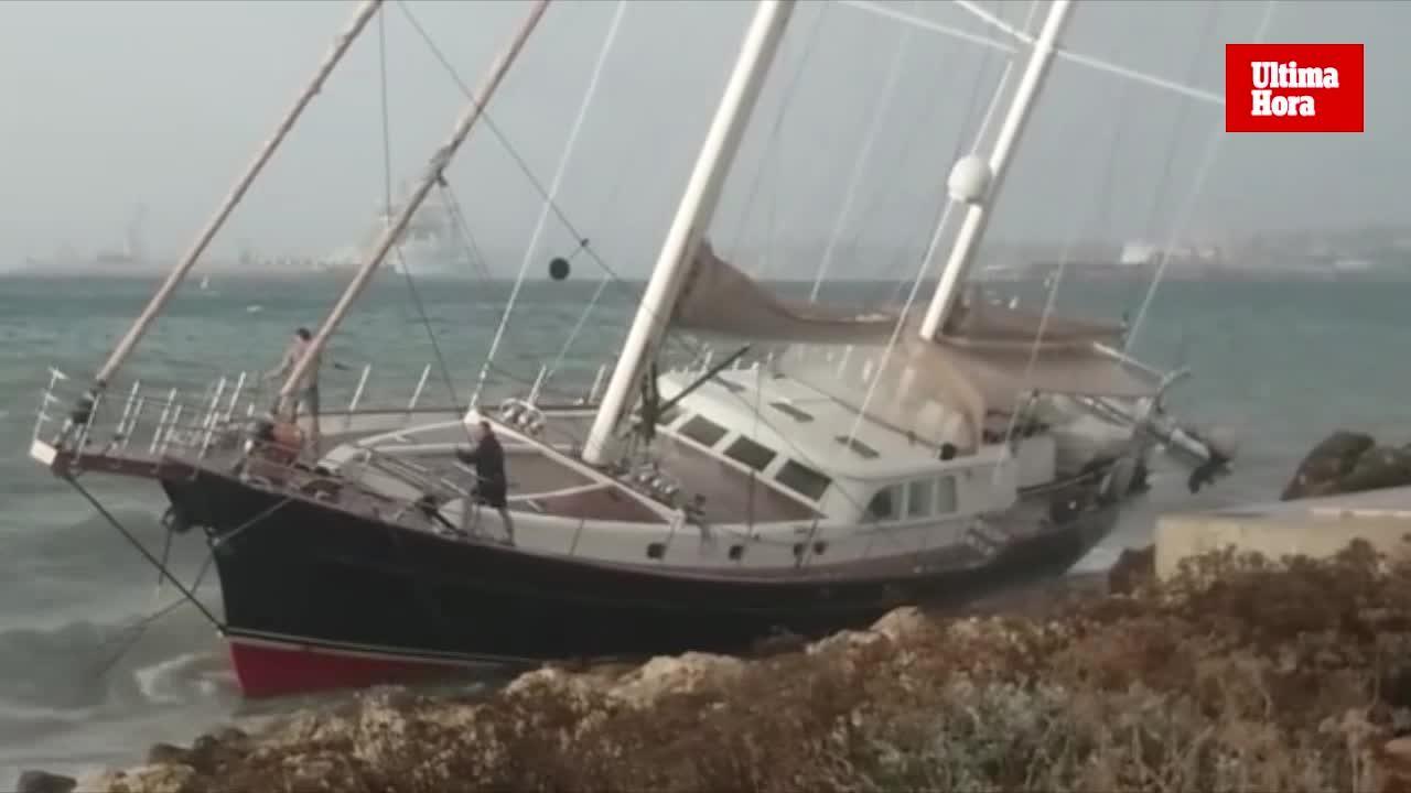 Großes Segelschiff am Paseo Marítimo gestrandet