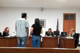 Der Angeklagte mit Dolmetscherin vor Gericht auf Mallorca.
