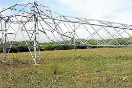 Zerstörter Strommast auf Mallorcas kleiner Nachbarinsel Menorca.