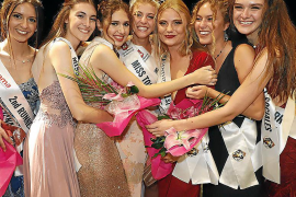 """Die neue """"Miss Tourismus Spanien"""" Toña Pou (Mitte) und andere Preisträgerinnen auf der Verleihung in Santanyí."""