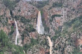 Seltener Wasserfall tost bei Valldemossa zu Tal