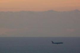 Die Silhouette des Tramuntana-Gebirges auf Mallorca von Barcelona aus fotografiert.