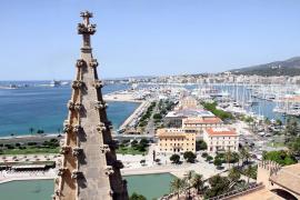 Weihnachtliche Bootsschau vor Mallorcas Kathedrale