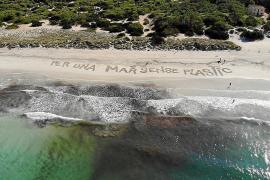 """""""Ein Meer ohne Plastik"""", so der sehnliche Wunsch der Aktivistengruppe mit der gleichnamigen katalanischen Bezeichnung """"Per una m"""