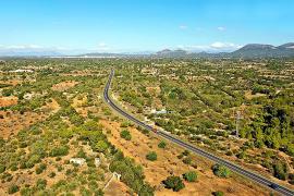 Die Verbindungsstraße führt nur mit wenigen Kurven durch eine uralte Kulturlandschaft.