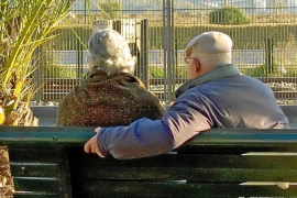 Rentnerpaar auf Parkbank.