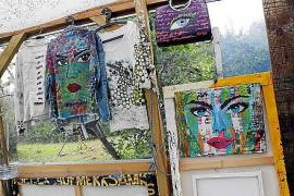 """""""Caras"""" heißt Karaseks Serie von Frauengesichtern, die Gemälde, Kleidung und Taschen zieren."""