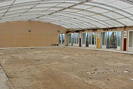 Sündteurer öffentlicher Pool jetzt Fußballplatz