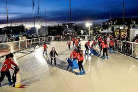 Größte Eisbahn am Meer steht in Port Adriano