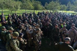 Uniformierte Airsoft-Fans veranstalten Kriegsspiel