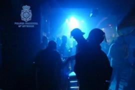 Mann belästigt Frau in Disco und gibt sich als Polizist aus